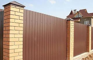 Забор из профлиста с кирпичными столбами. Фото 22