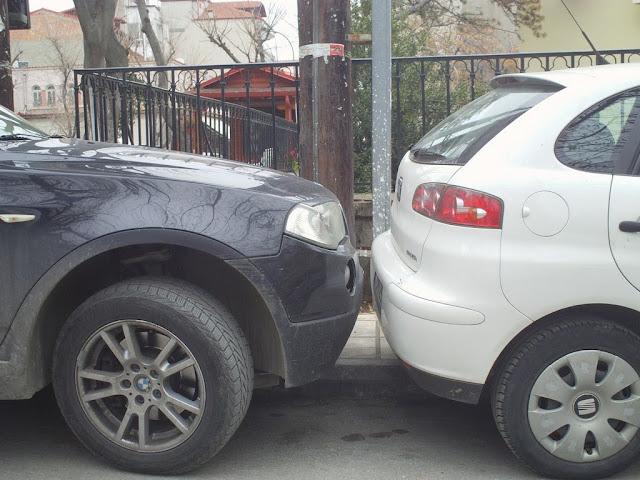 Παρκάρουν ο ένας πάνω στον άλλον