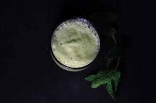 Smoothie de piña con hierbabuena y gengibre