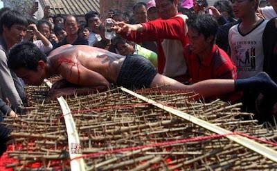 Ritual Ngeri Berguling Atas Katil Berduri