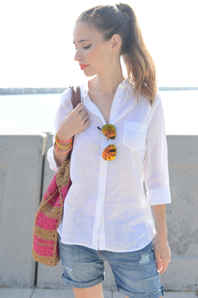 white linen button up from Old Navy with reflective aviator sunglasses via M Loves M