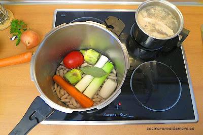 Ingredientes de las fabes con almejas en la olla