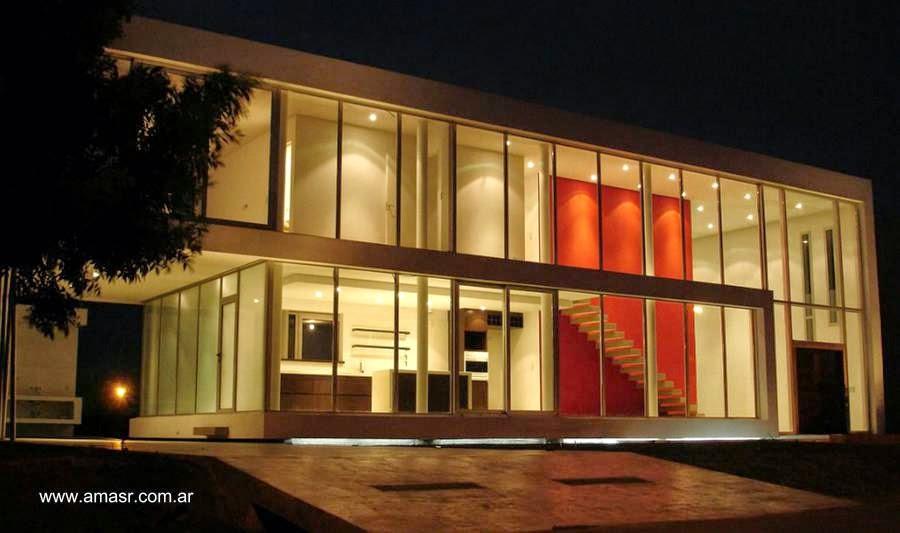 Residencia contemporánea minimalista iluminada en la noche