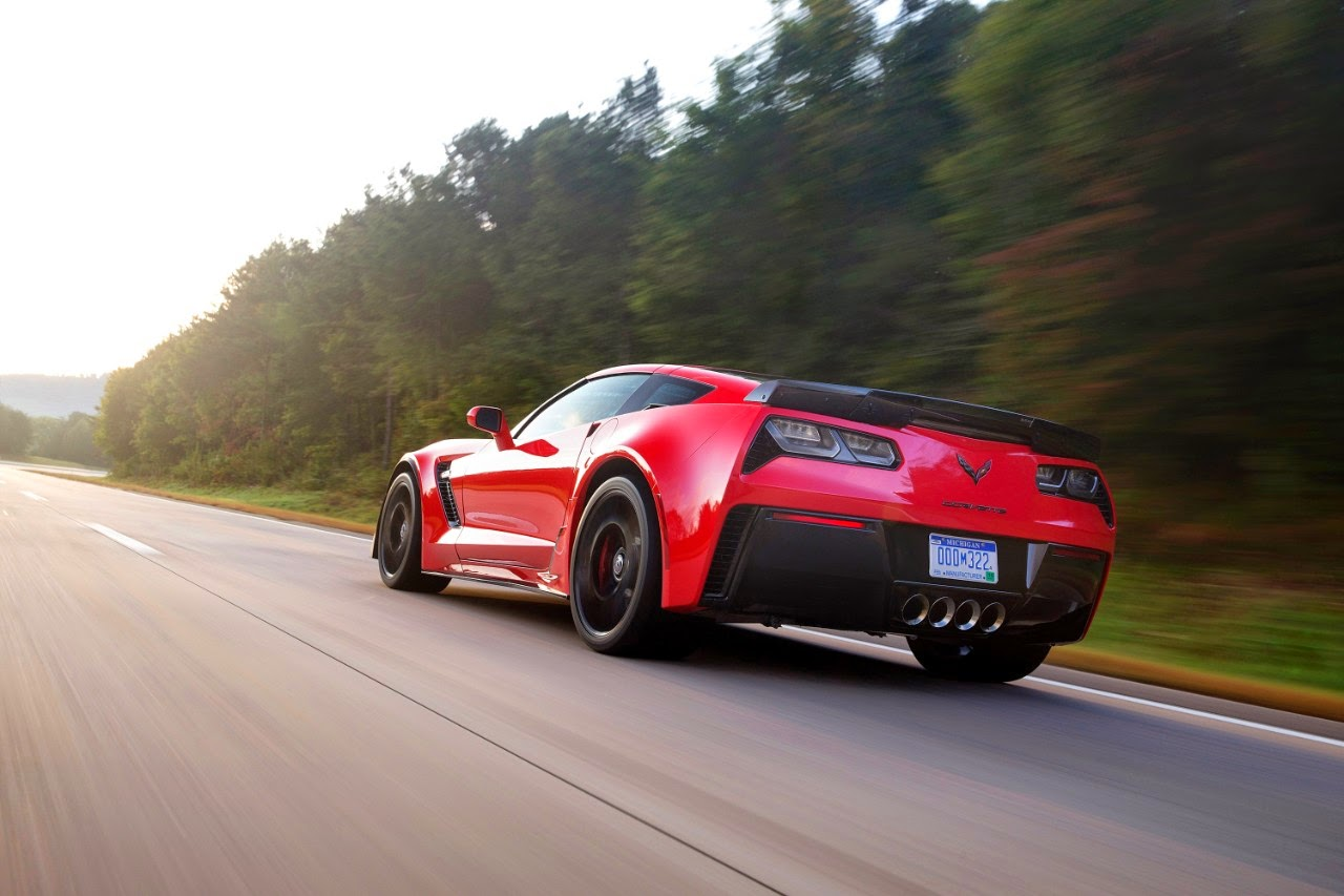 2015 Chevrolet Corvette Z06 vs 2015 Nissan GT-R Nismo - A Closer Look