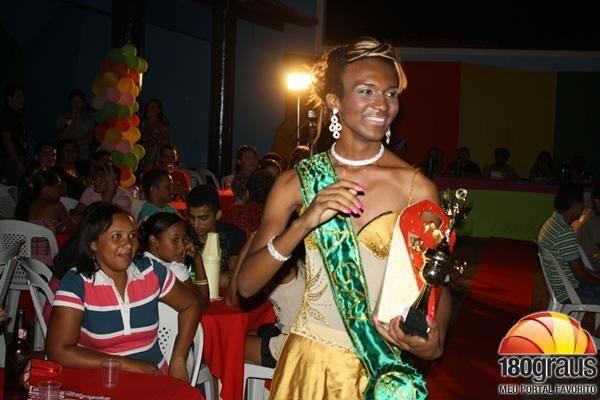 Hallyne Bithencurdh foi eleita a grande vencedora da1ª edição do concurso Beleza Gay de José de Freitas, que ocorreu neste sábado (03), no Hotel Municipal. (Foto: 180graus)
