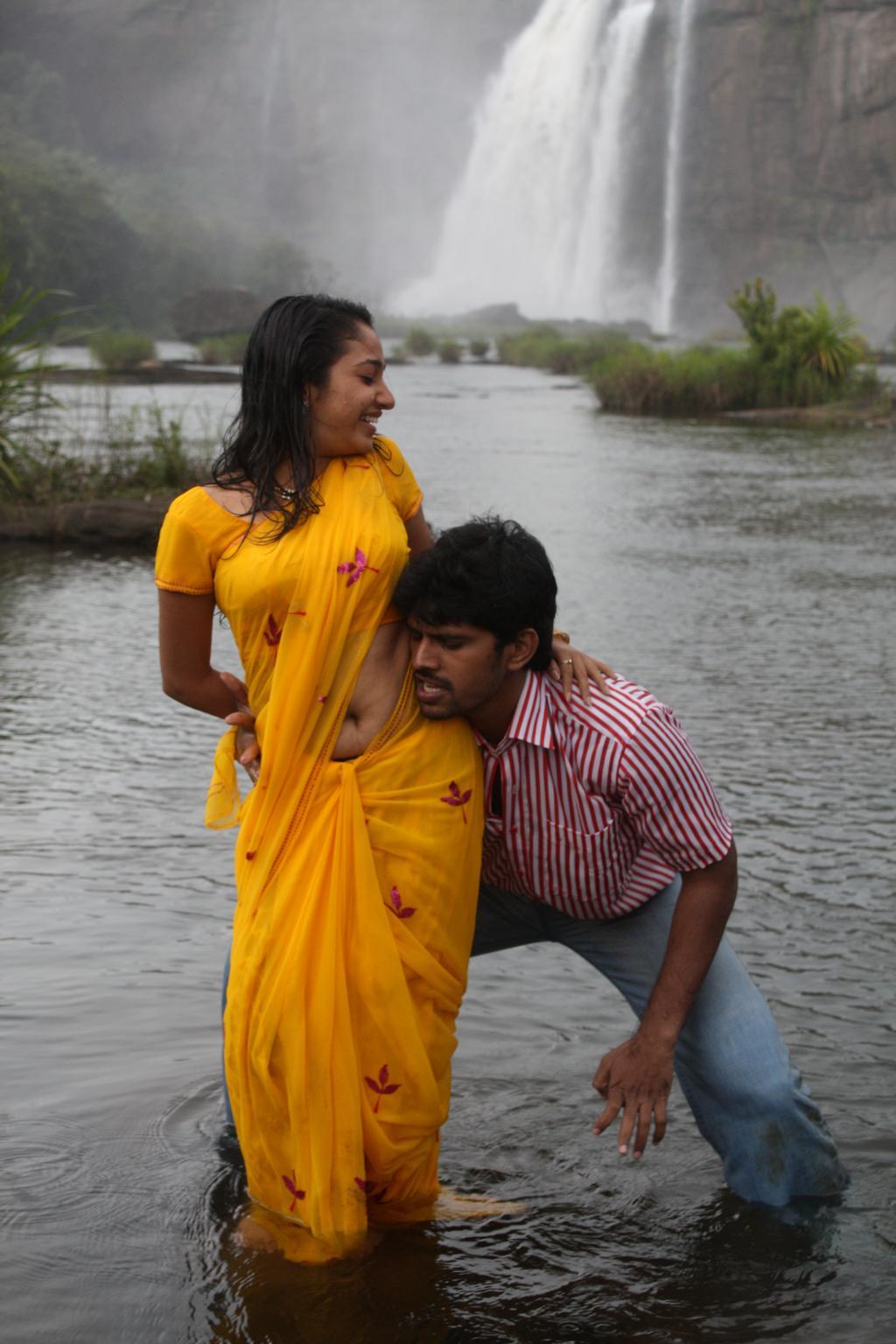 Saree Navel Kiss Pics