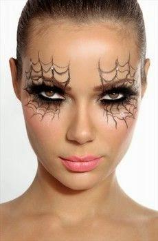 Con un lápiz negro ,resistente al agua y que tenga consistencia, dibuja  unas telas de araña alrededor de los ojos.Aplica sombra de ojos oscura por  todo el