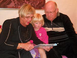 De oprichters van Ploemen Interieur lezen hun kleindochter Boo voor