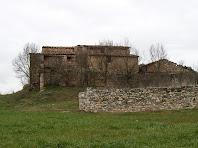 Vista del cantó sud del Rourell en la que s'aprecia, a la cantonada esquerra, una petita torre de defensa