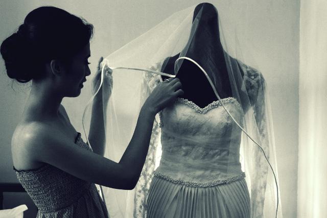 wedding at Bali-bali, Samal - bride checking out the gown