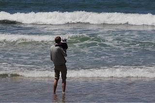 Max und Christkind schauen auf's Meer
