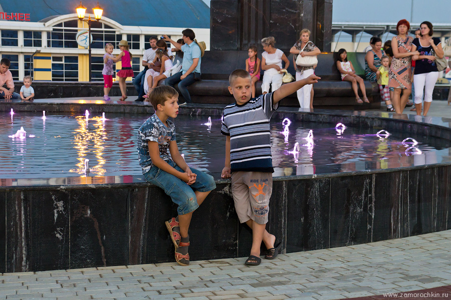 Дети у фонтана | Children around the Fountain