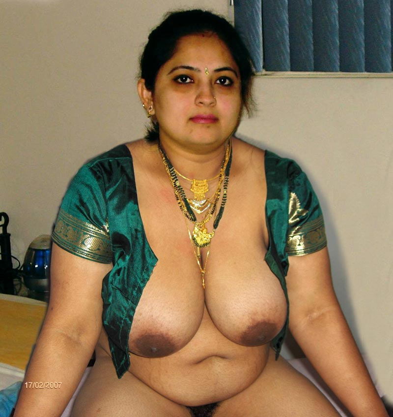 busty bhabhi in blouse showing her big boobs