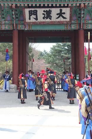 Cambio de la guardia frente al palacio Deoksugung