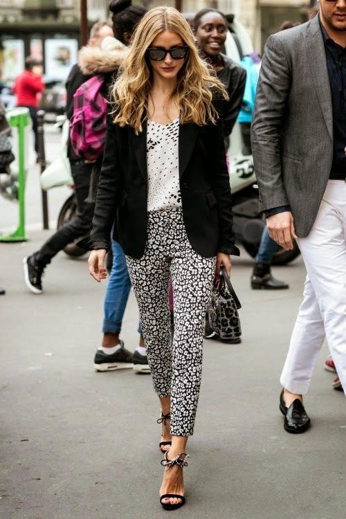 Calças, camisa e malas casaco com padrões diferentes sandalias tiras