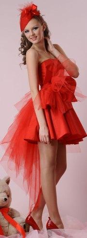 Фото брюнеток в красном атласном платье