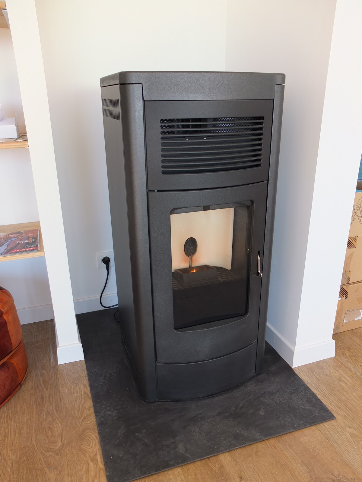 notre maison en bois s3 j5 test du po le granul s. Black Bedroom Furniture Sets. Home Design Ideas
