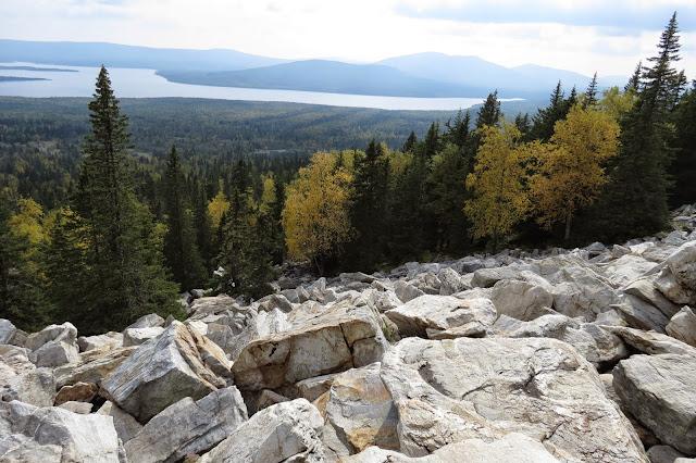 Вид на озеро в середине подъёма на хребет Зюраткуль