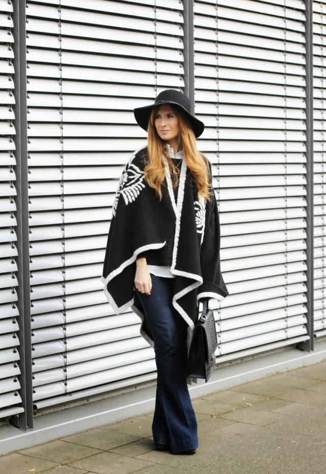 abrigo capa. Fedora negro. A trendy life.