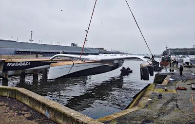 Sortie d'eau pour Spindrift 2 à Lorient.