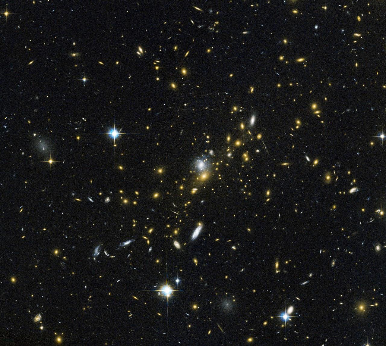 Гравитационная линза — скопление галактик MACS J0454.1-0300