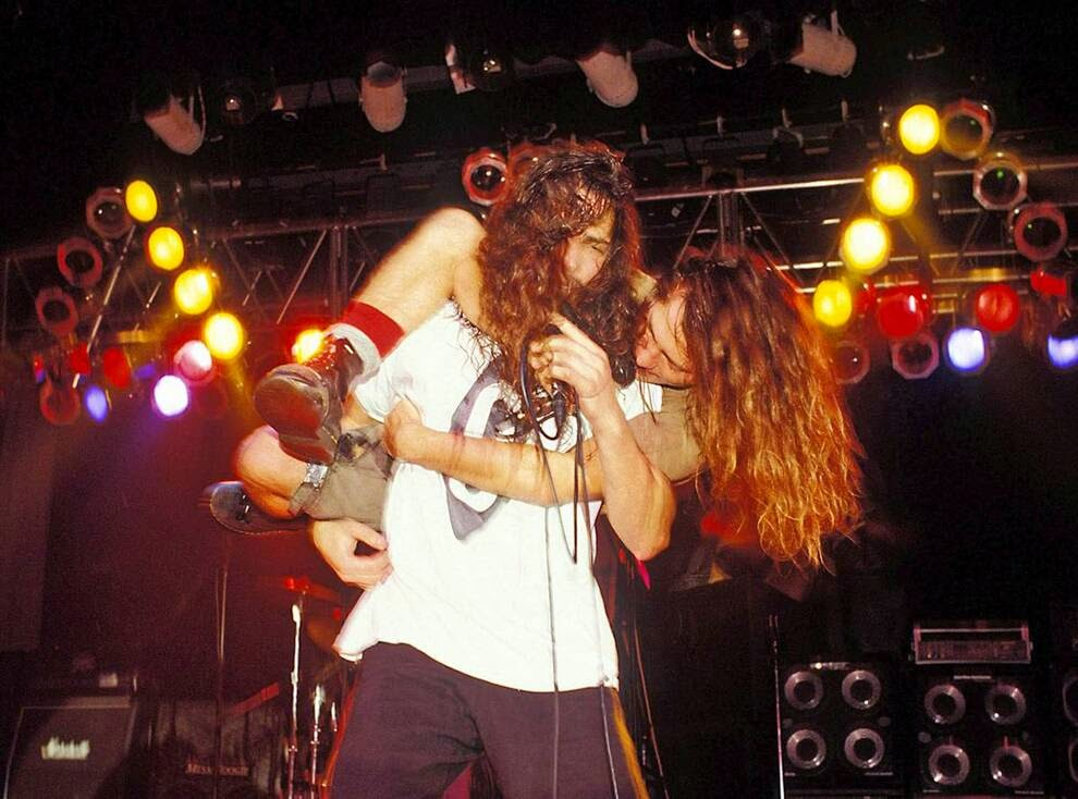Эдди Веддер из «Pearl Jam» и Крис Корнелл из «Soundgarden» в проекте «Temple of the Dog» в зале Голливуд Палладиум в Голливуде