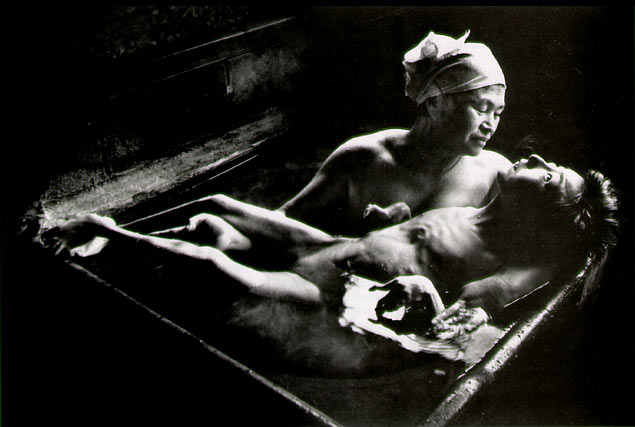 Timoko bañada por su madre (E. Smith, Fuente http://fotolamm.blogspot.com)