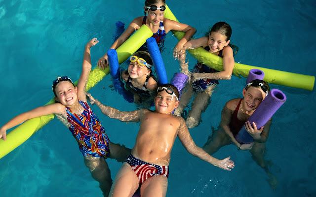 bambini piscina