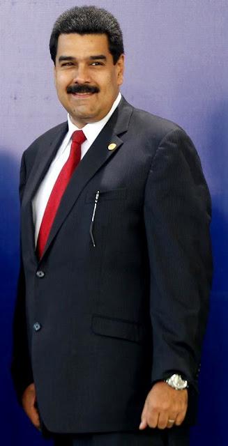 Nicolás Maduro vestido con terno