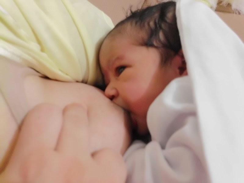 sintomas de refluxo-amamentar-como amamentar-aleitamento materno-amamentação-o que é refluxo em bebe-bebes-bb-sintomas de refluxo-refluxo gastroesofágico-bebes recem nascidos-fotos de recem nascidos-bebes-amamentação-sintomas de refluxo