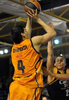 Mainoldi lanza de tres ante el esfuerzo de Jaycee Carroll, que llega tarde a su intento de tapón - ACB PHOTO