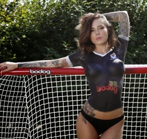 tema hot mengandalkan seorang model seksi yang nyaris tak memakai apa