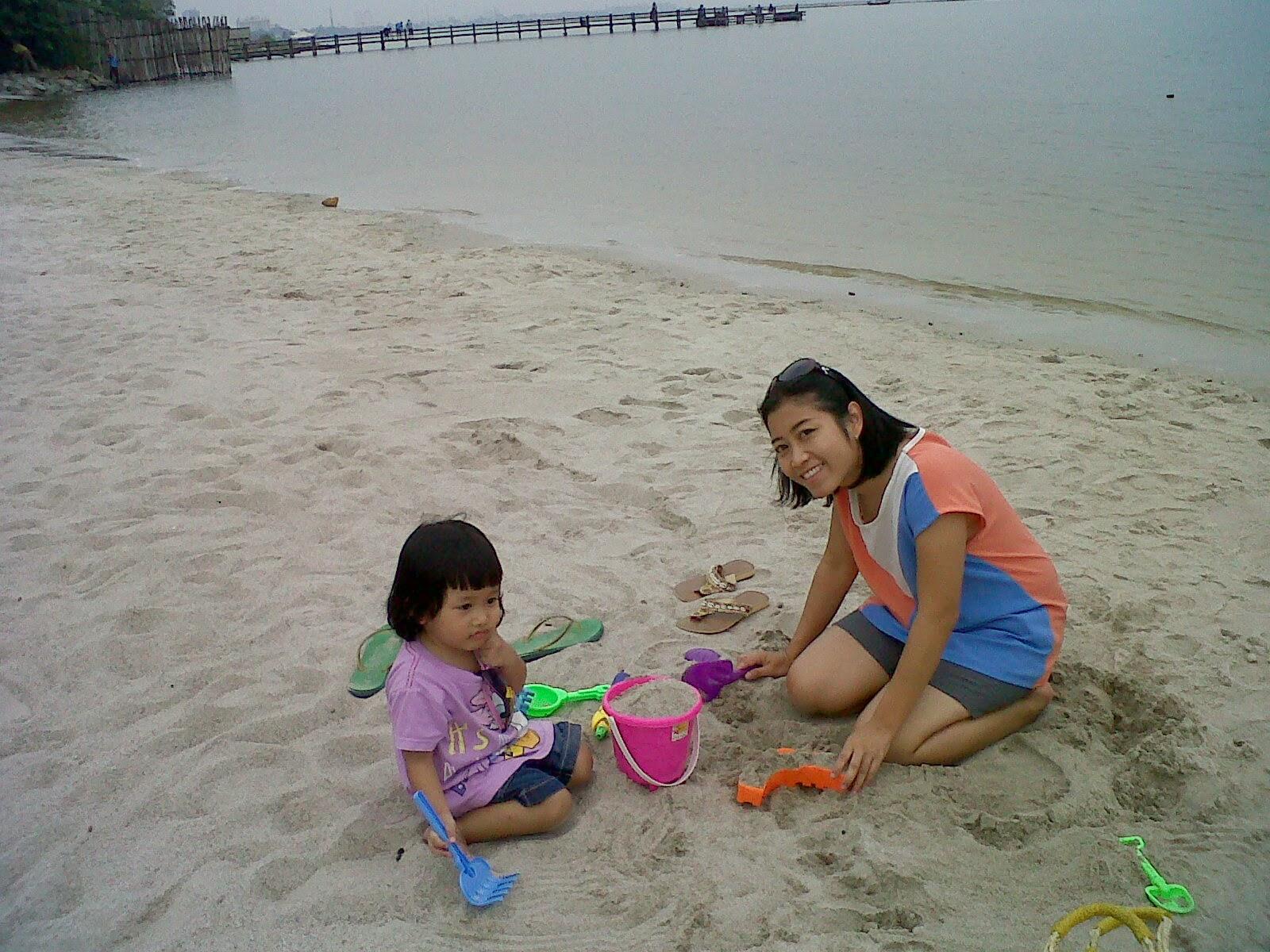 gambar anak kecil bermain di pantai indah