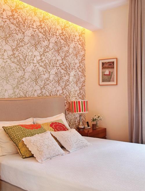 quarto casal com papel de parede e cores neutras