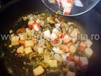 Fructe de mare cu cartofi natur preparare reteta - le punem la calit