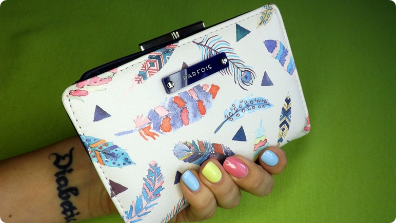 7bb74b71f3b71 Jakiś czas temu upatrzyłam portfel. Piękny, jasny beż w kolorowe piórka.  Już jest mój. Kupiłam go przy okazji ostatniej wizyty w stolicy.