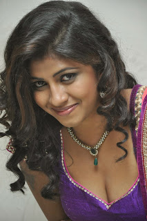 Geethanjali spicy Pics in lovely Saree and Deep Neck Blouse Green Emerald Neckless