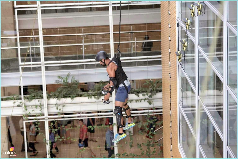 Darr Ka Blockbuster Khatron Ke Khiladi Salman on wall as spider man during a stunt