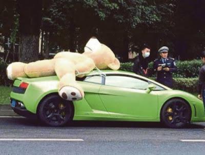 Pemilik lamborghini ini ditahan gara-gara meletakkan beruang gergasi di atas keretanya