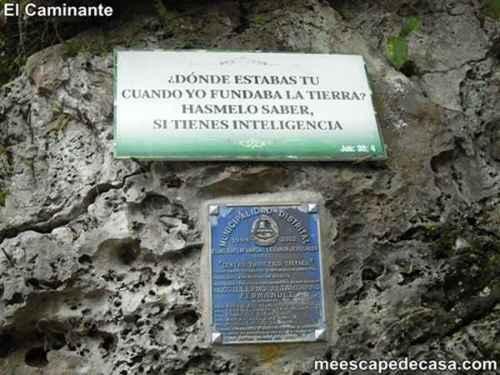 Letrero y placa en el centro turístico naciente del río Tioyacu (Rioja, Alto Mayo, Perú)