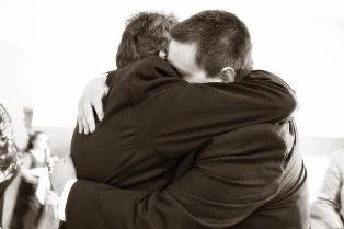 papà e figlio che si abbracciano