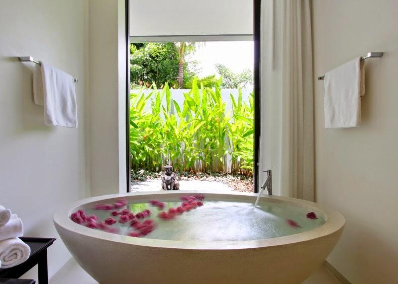 Bañera exenta redonda con salida a jardín