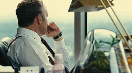 Negocios empresario mira por la ventana.