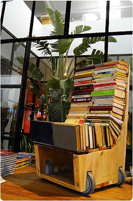 Escultura con libros y madera