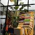 Esculturas con libros y madera.