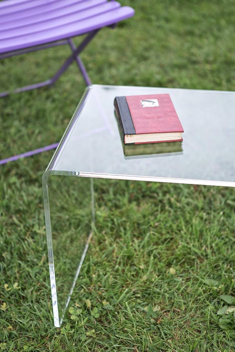 tavolino in plexiglass per esterno