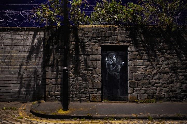 Nuevo mural de Banksy se burla de los amantes distraídos con sus Smart Phone