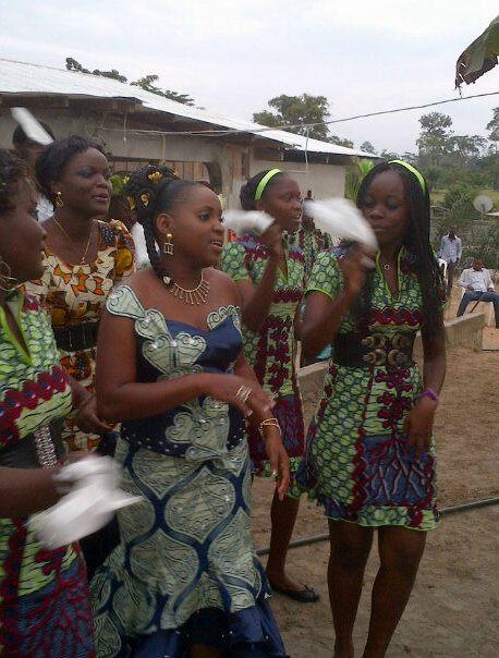 La tenue de sortie de la mariée accompagnée par ses soeurs.