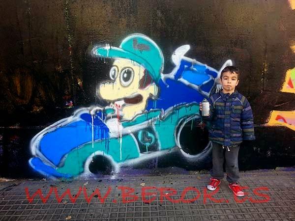Izan pintando a Luigi