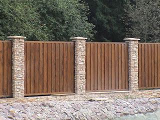 Каменный забор с деревом. Фото 6